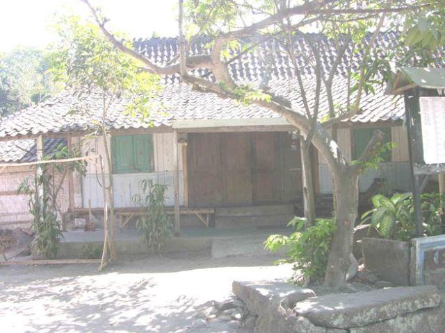 Rumah tetangga yang masih asli perawan, dan menghadap arah yang benar