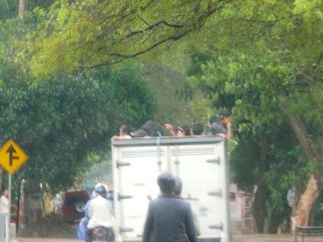"""Ayo tebak...di atas mobil box begitu, mereka berdiri, jongkok atau """"ndlosor""""....??"""