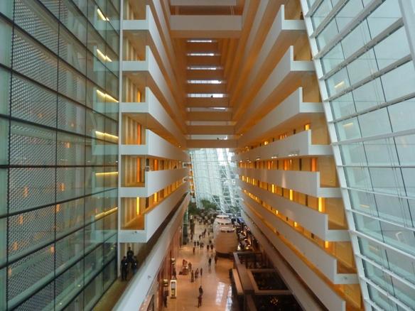 salah satu design elegan dari dalam hotel Marina Bay Sands