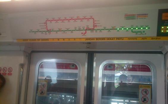 peta di dalam gerbong MRT, lampu menyala menunjukkan stasiun-stasiun yang akan dilewati.