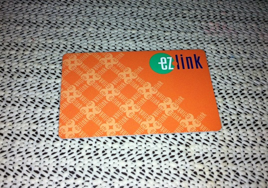 Ez link, tiket elektronik yang wajib dibawa kemanapun, bisa di top-up sewaktu-waktu