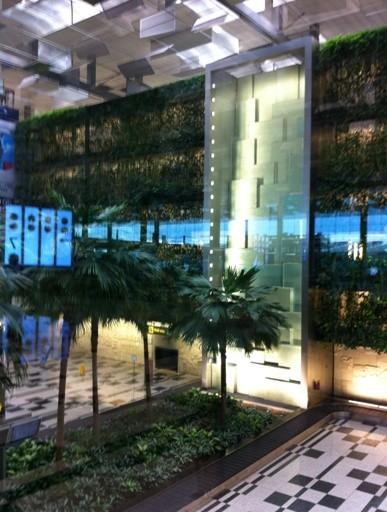 air mancur dinding.. ada taman di dalam bandara Changi, dengan 3-4 air mancur dinding serupa.
