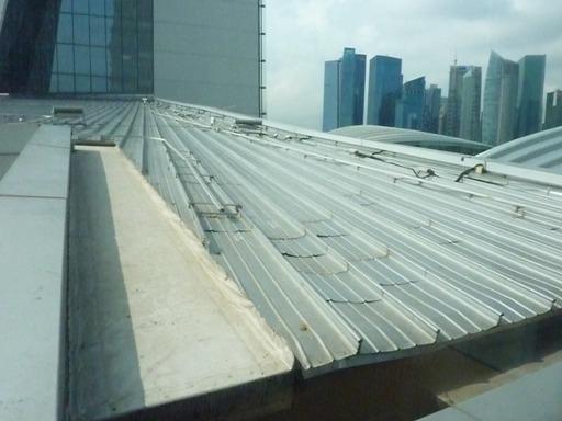 design atap bangunan penangkap hujan, kufoto dari jendela kamar hotel..