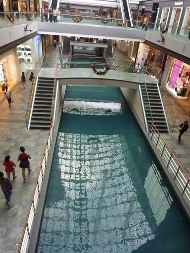 kanal di tengah mall, berujung di bawah mangkok. Sayang waktu aku kesini sampan hanya tertambat karena sedang tak ada pengunjung yang menaikinya..