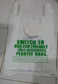 kantong plastik degradable dari sebuah supermarket.. tutup dikit ahh... :)